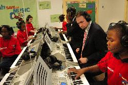 Mike Huckabee learning the keyboard at a VH1 event